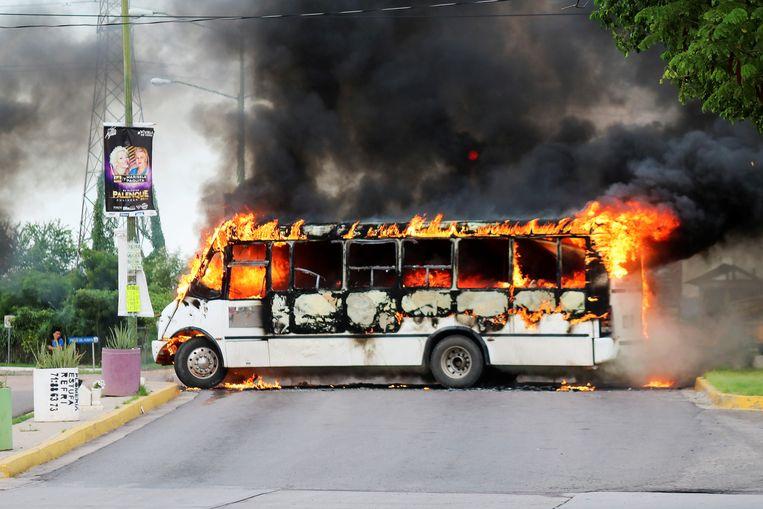 Leden van het Sinaloakartel staken onder meer een bus in brand. Beeld REUTERS