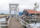 Deze brug gaat verdwijnen. Hoe de nieuwe voetgangersbrug naast het Bottermuseum er uit komt te zien is nog niet beslist.