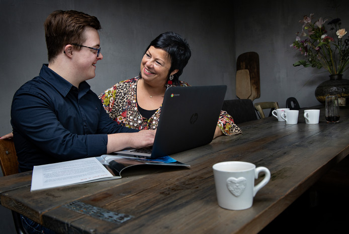 Jolanda Maas helpt Björn Kusters aan de keukentafel in Someren.