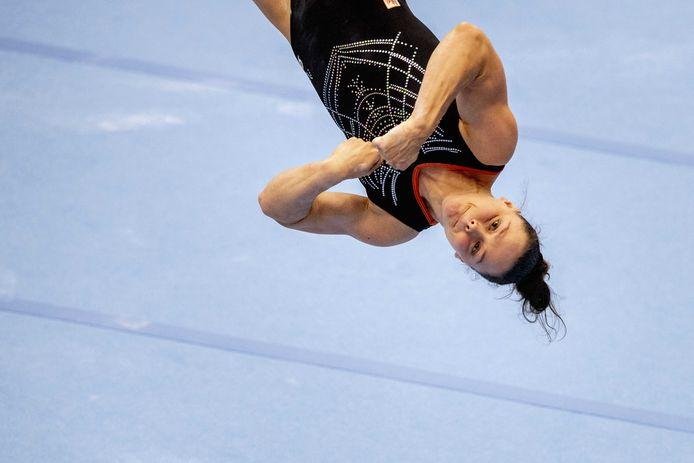 Elze Geurts in actie op het onderdeel vloer tijdens de eerste teamkwalificatie voor een plek in het olympisch team.