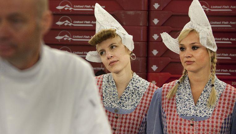 Haringkenners proeven en keuren de eerste haring bij de visafslag in Scheveningen. Foto ANP Beeld