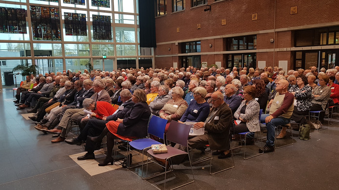 Ongeveer 350 senioren verzamelden zich in de aula van Avans Hogeschool in Den Bosch.