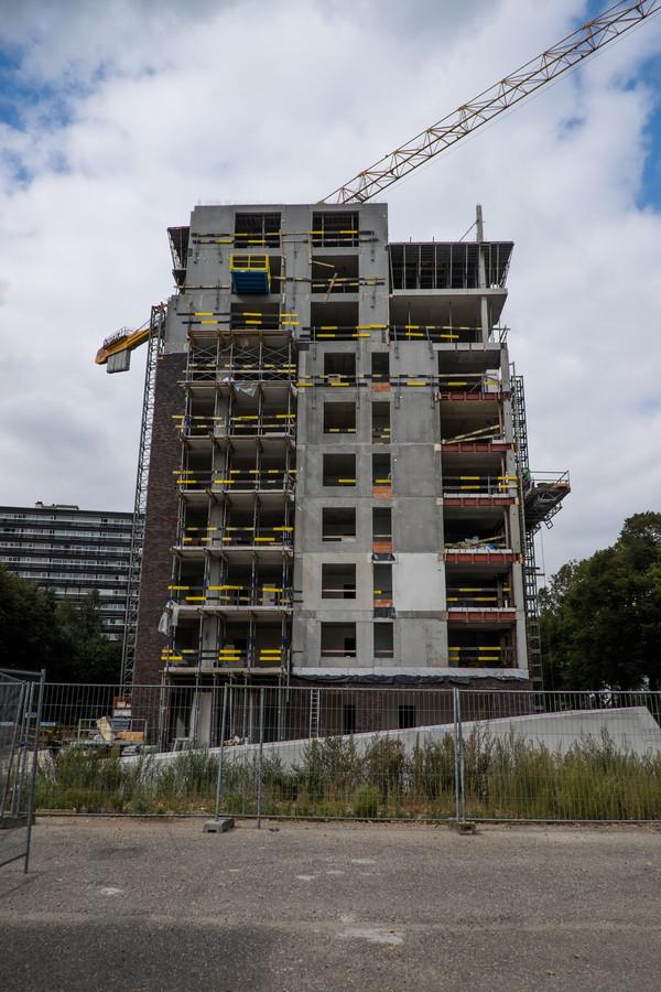 De ruwbouw van het appartementsgebouw aan de Rode Veldlaan en Fruithoflaan is klaar.