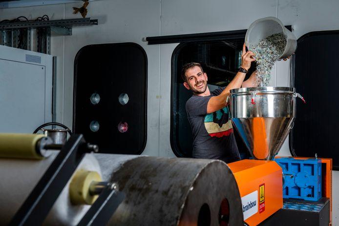 Ingenieurs van TMC uit Eindhoven bedachten samen met een vrijwilligersorganisatie uit Oeganda een machine om mondkapjes te maken van gerecycled plastic.