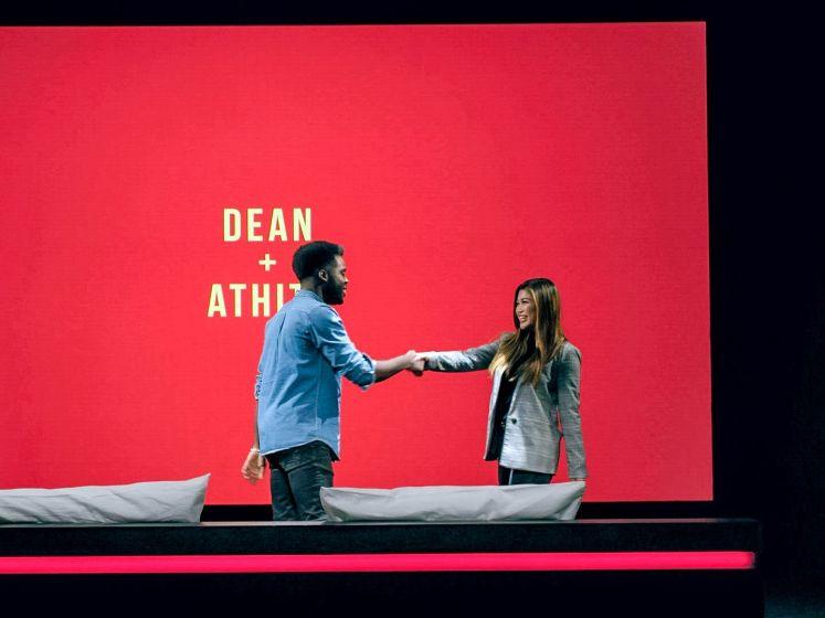 """""""Voulez-vous coucher avec moi?"""" Singles Dean en Athita gaan 'Uit De Kleren'"""