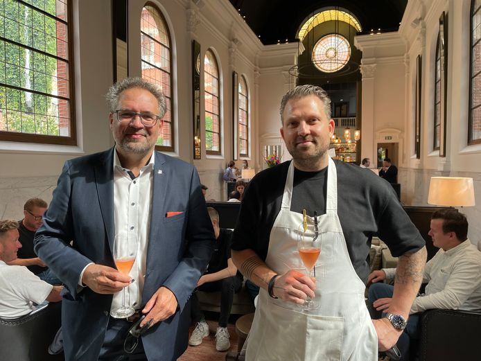 Schepen Koen Kennis en Nick Bril in restaurant August tijdens de voorstelling van Smaakmeesters Deluxe.
