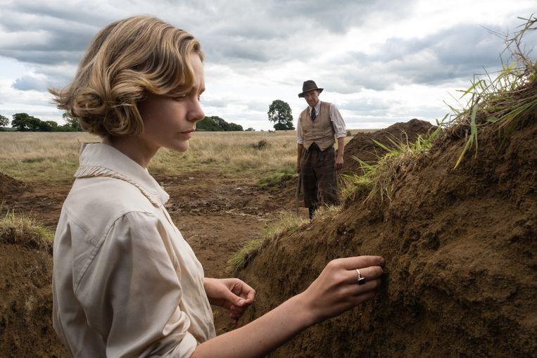 Carey Mulligan en Ralph Fiennes in 'The Dig' als Edith Pretty en Basil Brown. Beeld Larry Horricks/Netflix