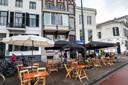 Het uitgebreide coronaterras bij Café Vrijdag in Arnhem, gevestigd in het witte pand rechts op de hoek van de Velperbuitensingel en de Spijkerstraat. Links daarnaast het monumentale herenhuis van de 'Vergaderie' van Xandra Derks.