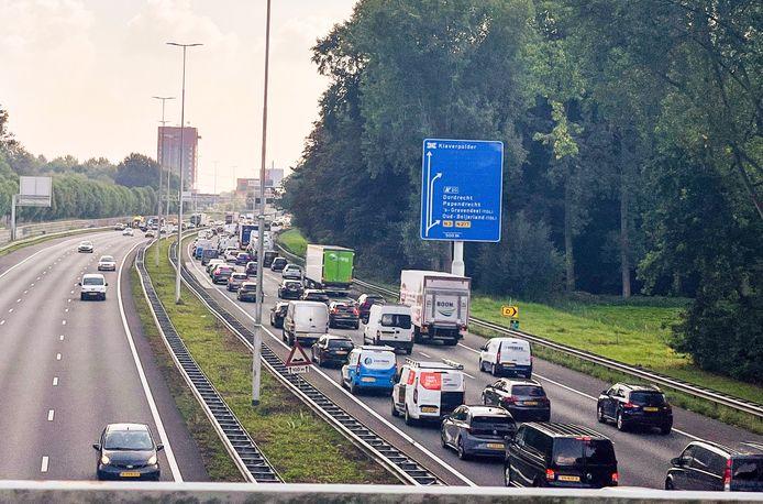 Vanwege file op de omleidingsroute is er geen alternatieve route beschikbaar en moeten de automobilisten op de A16 afwachten tot de file oplost.