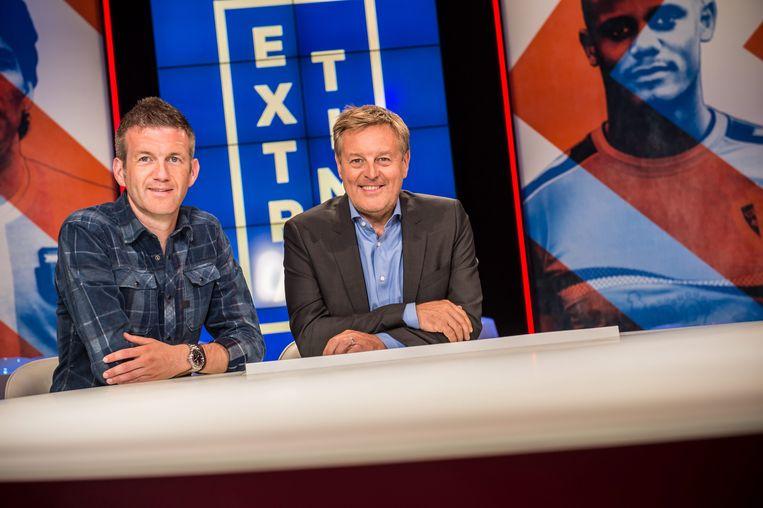 Filip Joos en Frank Raes aan de wonderbaarlijke tafel van 'Extra Time'. Beeld © VRT - Joost Joossen