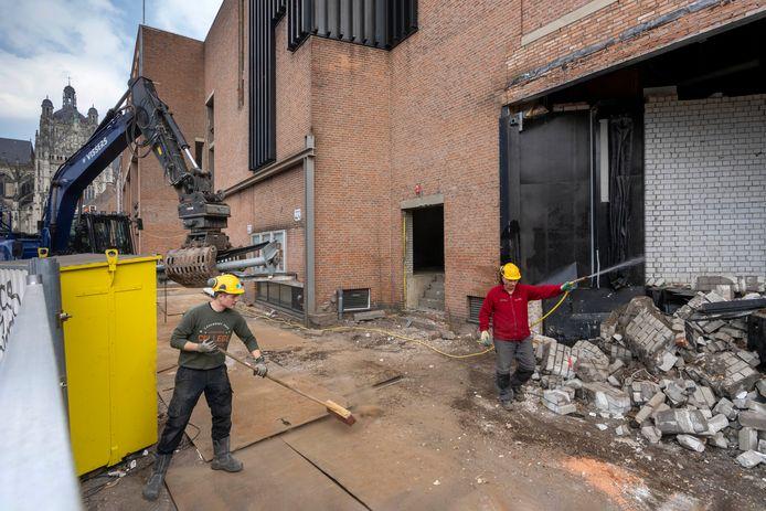 Nederland,  Den Bosch, de sloop aan de kant van de ingang van de theater waar de vrachtwagens  met apparatuur gelost werden.