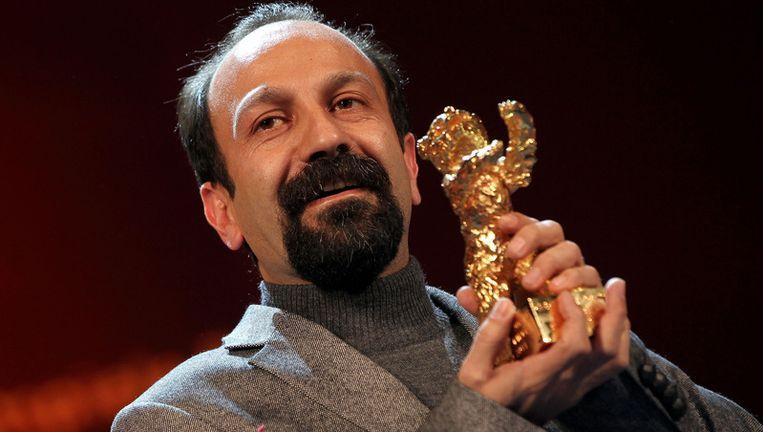 Regisseur Asghar Farhadi is dolgelukkig met zijn gouden beer. Beeld UNKNOWN