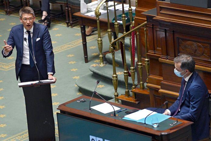 Minister van Werk Pierre-Yves Dermagne (PS, l.) en premier Alexander De Croo in de Kamer.