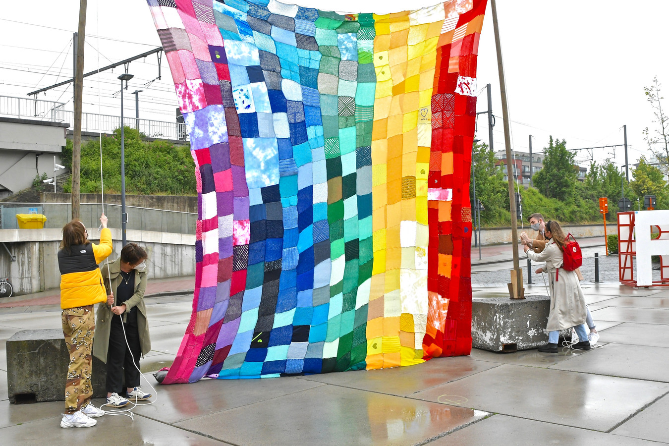 De regenboogvlag is heel de week te zien op het Stationsplein.