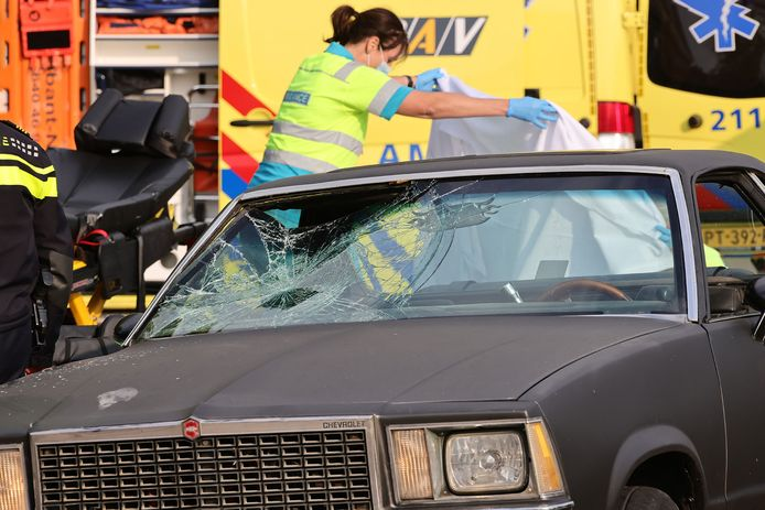 Een jonge man en vrouw zijn zondagmiddag rond 17.00 uur gewond geraakt bij een botsing met een auto op de Spoorlaan in Oss.