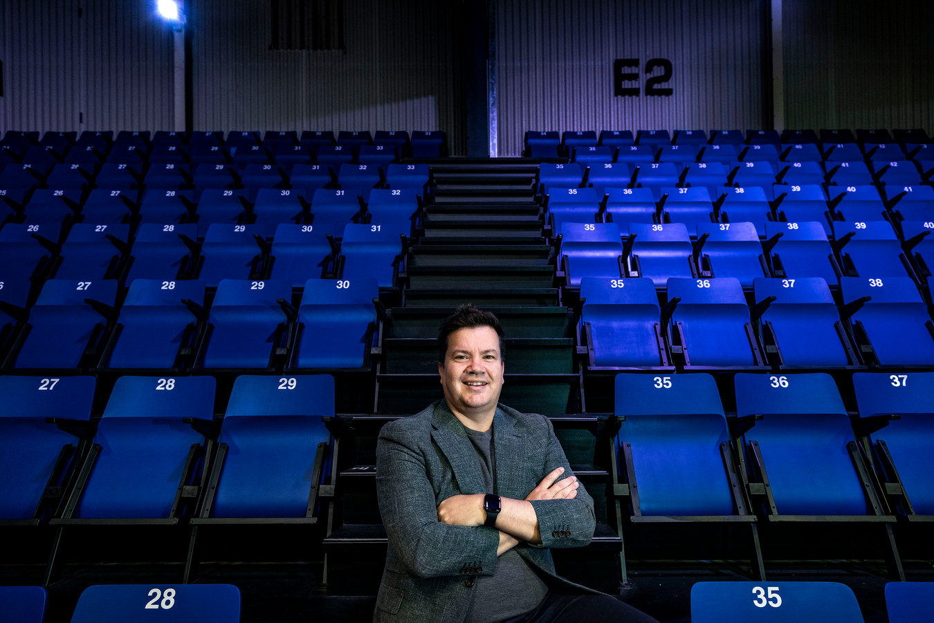 Bob van Oosterhout op de tribune van Den Bosch Heroes, waar hij eigenaar van is.
