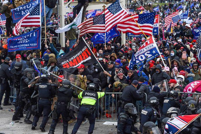 De Trump-aanhangers die het Capitool hebben bestormd willen daar de hele nacht blijven. Dat zegt een bron dichtbij het Witte Huis die contact heeft met Trump-aanhangers tegen CNN