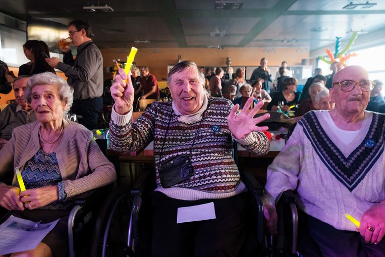 De 85-jarige Etienne Maes (midden) is een van de grootste Tomorrowlandfans in Den Beuk.