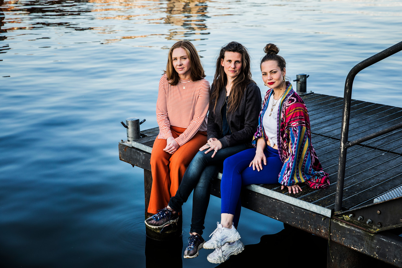 Vanaf links: Sietske Bergsma, Isa Kriens en Nadia Duinker van Moederhart, een stichting die zich onder meer inzet voor het afschaffen van de coronamaatregelen. Beeld Aurélie Geurts