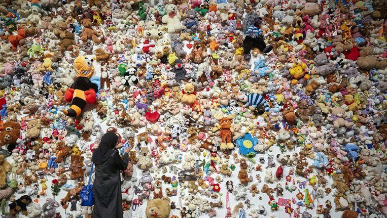 Een muur vol knuffels ter nagedachtenis aan de slachtoffers van de ramp met de MH17. Beeld afp