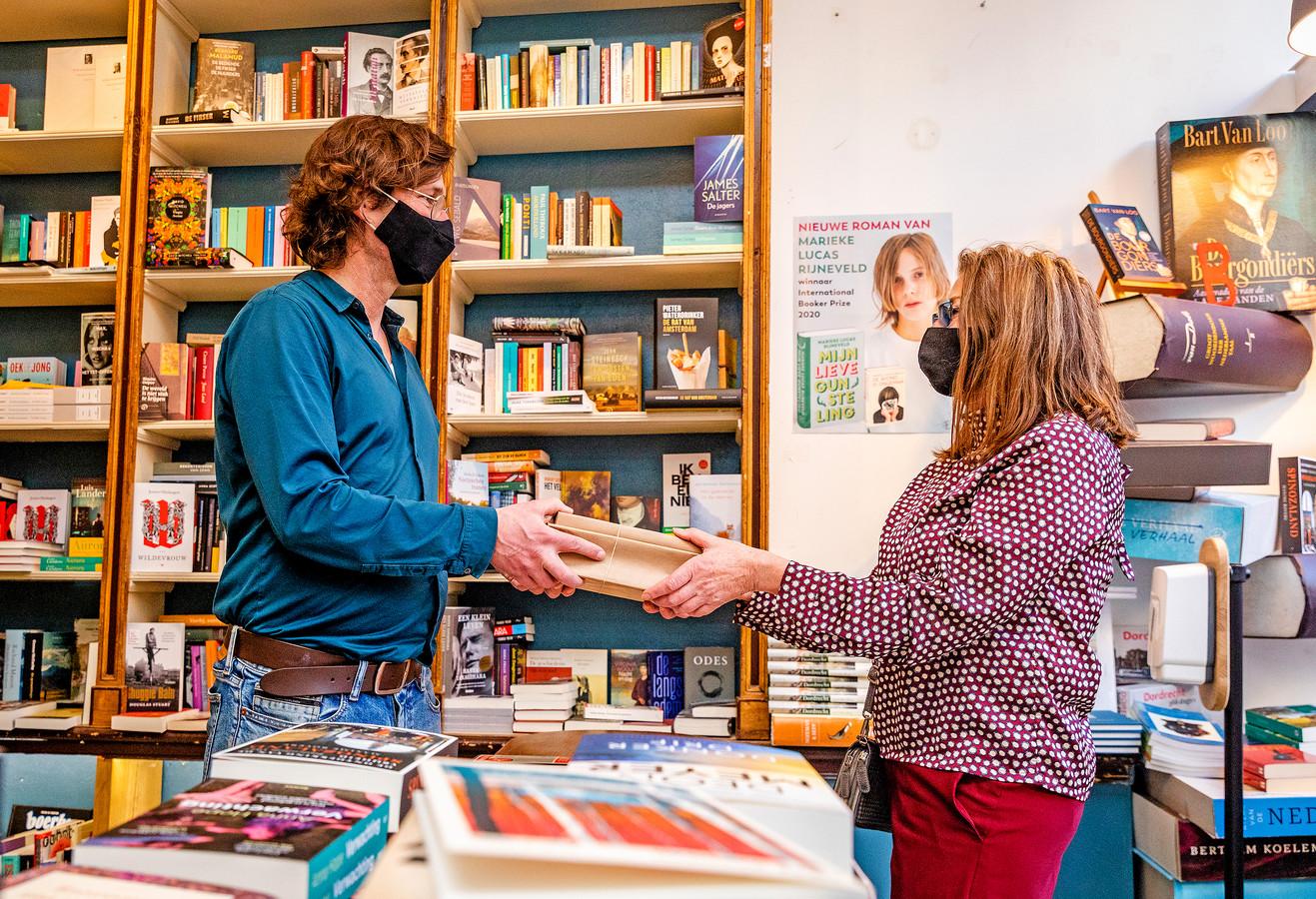Eigenaar Gerrit-Jan Kruidenier van De Nieuwe Bengel helpt een klant die een bestelling komt afhalen.