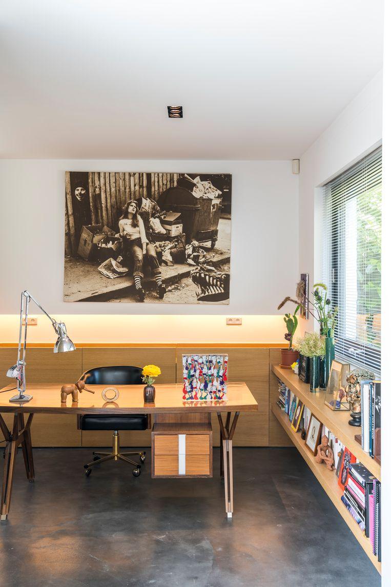 Aan dit bureau, een stuk uit 1958 van designer Ico Parisi, ontstaan alle creaties van Kriwin. Aan de muur: een zwart-witfoto van Henry Tuteur. Beeld null