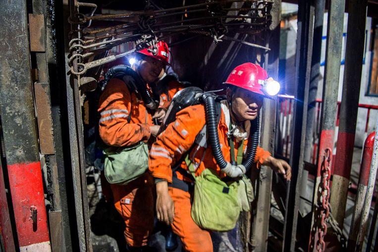 Reddingswerkers gaan een mijn binnen. De mijnbouw geldt in China als zeer gevaarlijk. Archieffoto. Beeld AP