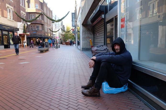 De dakloze Waldis (33) uit Letland bedelt geregeld in het Eindhovense Centrum. Zoals hier op de Rechtestraat voor de oude Hema. Eindhoven wil bedelen nu gaan verbieden