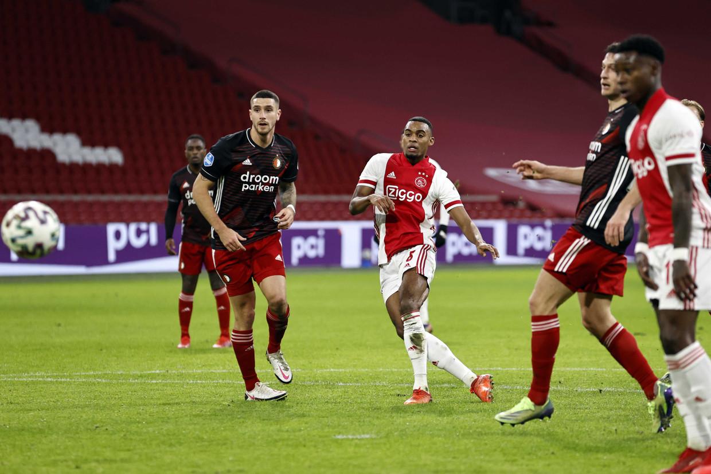 Ryan Gravenberch scoort de 1-0 tijdens Ajax-Feyenoord in de Johan Cruijff Arena. Beeld ANP