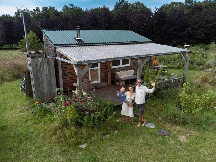 Kjeld Mutemakers, Linde Hullegie en hun zoon Sim nemen over een paar weken afscheid van hun eerste tiny house Linkje op landgoed Roggebotstaete, aan de rand van gemeente Dronten.