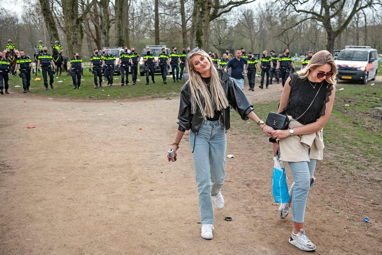 In het Vondelpark heerste woensdagmiddag een 'een fijne festivalvibe'.  Beeld Guus Dubbelman / de Volkskrant