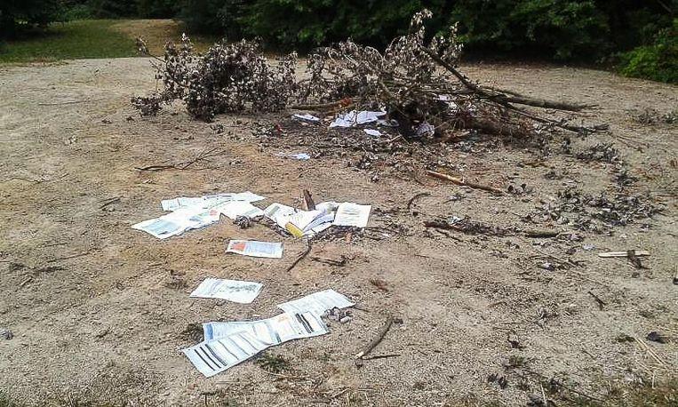 Deze resten van een vuurtje werden dinsdag ontdekt. Bij de takken lag een bus butaangas.