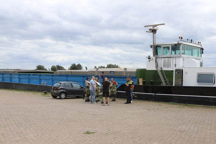 De hulpdiensten bij het schip in Rhenen na het noodlottige incident met de hond.