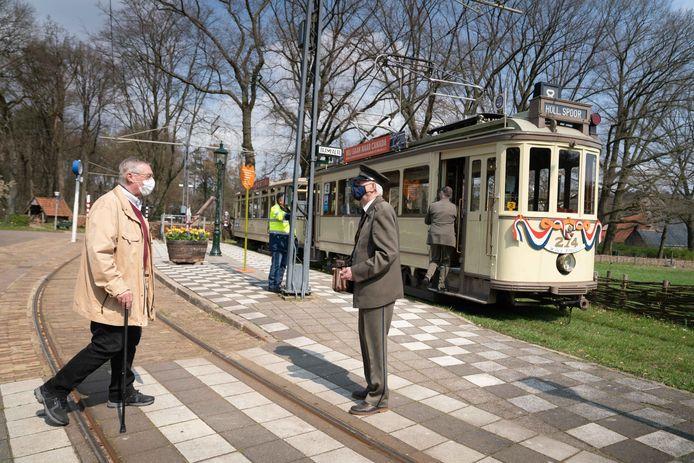 Ontvangst van Henk Raben uit Arnhem bij de tram van de HTM met bijwagen door conducteur Wim Annotee in het Nederlands Openluchtmuseum.