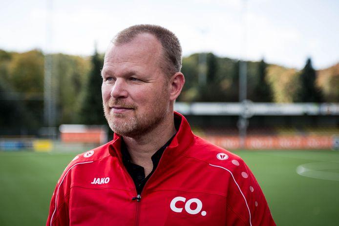 Danny Meuken begeleidt jeugdcoaches bij voetbalclub SML in Arnhem.
