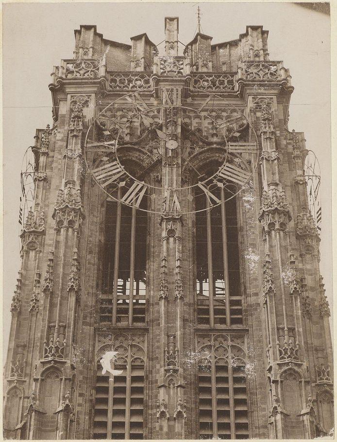 Een foto uit de oude doos: de Sint-Romboutstoren met wijzerplaten.