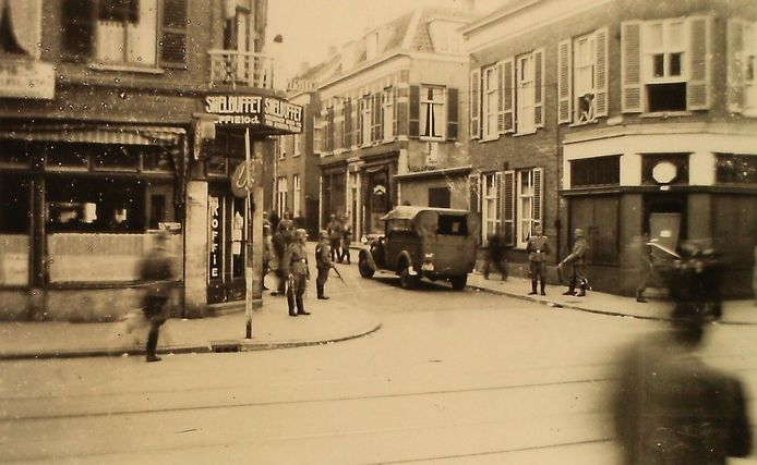 Een razzia in Arnhem, gefotografeerd vanuit een winkel.