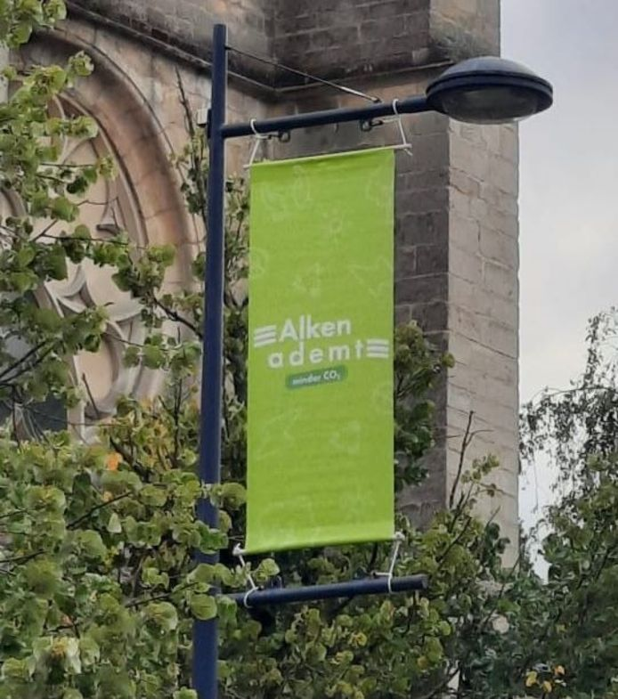 Aan de hand van banners en vlaggen doorheen de gemeente wil Alken de nieuwe campagne 'Alken Ademt' en vooral de duurzame initiatieven in de kijker zetten.