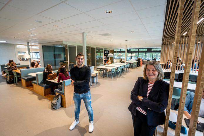 Rector Irma van Nieuwenhuijsen en docent Giel Berkers staan op een van de nieuwe leerpleinen van het Varendonck College in Asten.