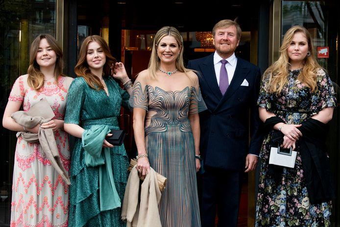 De koninklijke familie, met rechts prinses Amalia.
