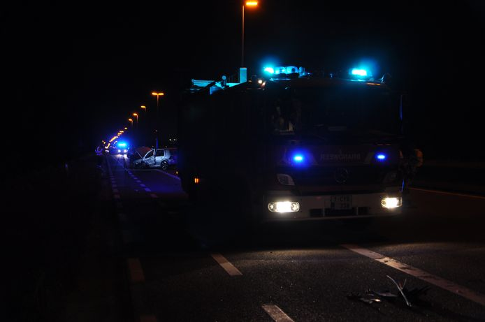 De twee wagens kwamen ruim honderd meter van elkaar tot stilstand na de frontale klap.