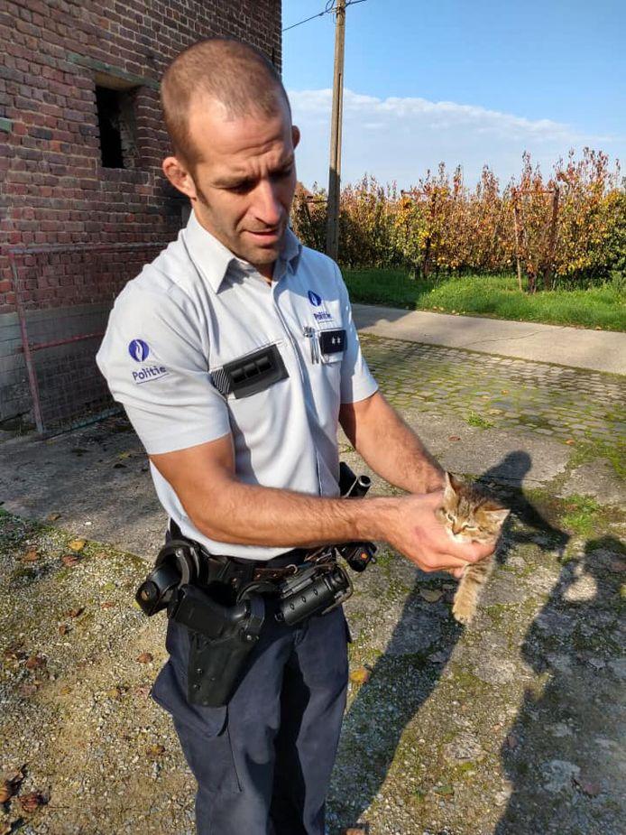 De agent die de gedumpte kitten aantrof in de Winkelveldstraat