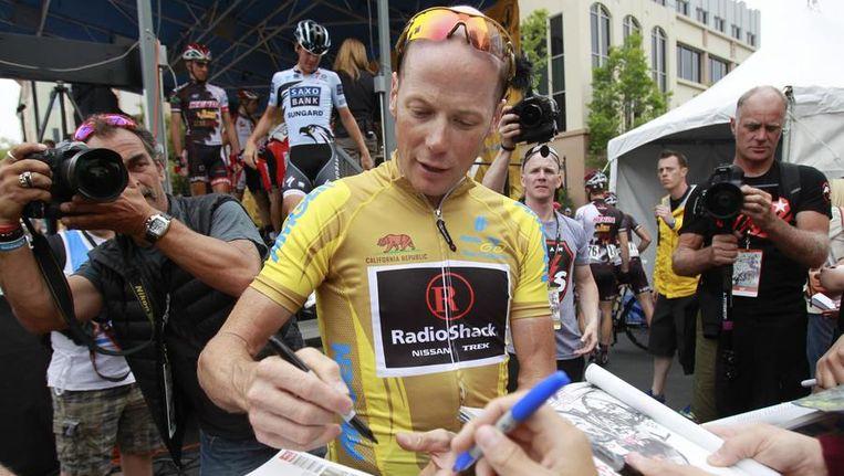 Horner maakt enkele fans gelukkig met een krabbel. Beeld REUTERS