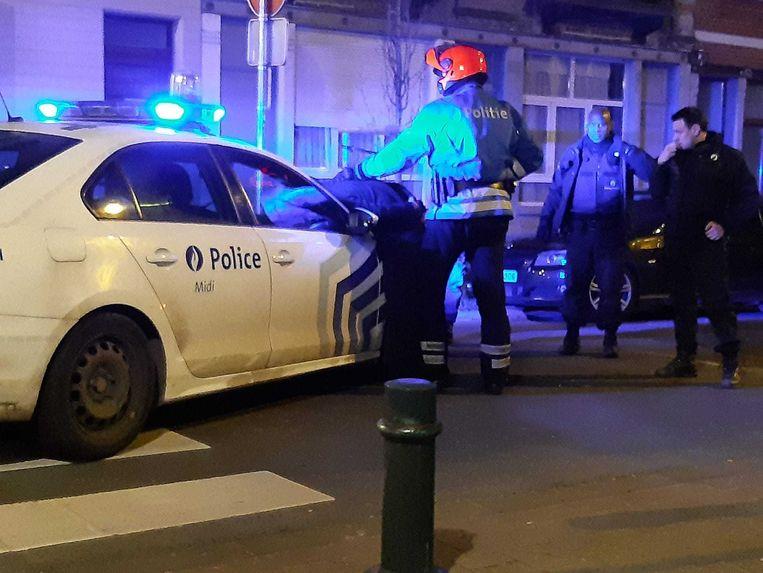 De politie verrichtte in Vorst een arrestatie nadat er een Porsche was uitgebrand. Beeld Marc Baert