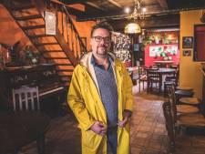 """Peter (47) opent na jaren in het onderwijs eindelijk zijn droomcafé 'Hotel Columbo' in de Brugse Poort: """"Dansen doen we al 's middags"""""""