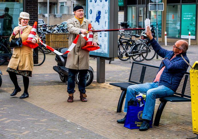 Dubbelgangers André van Duin en Corrie van Gorp doen ludieke actie bij winkelcentrum Herenhof rond 1,5 meter afstand.