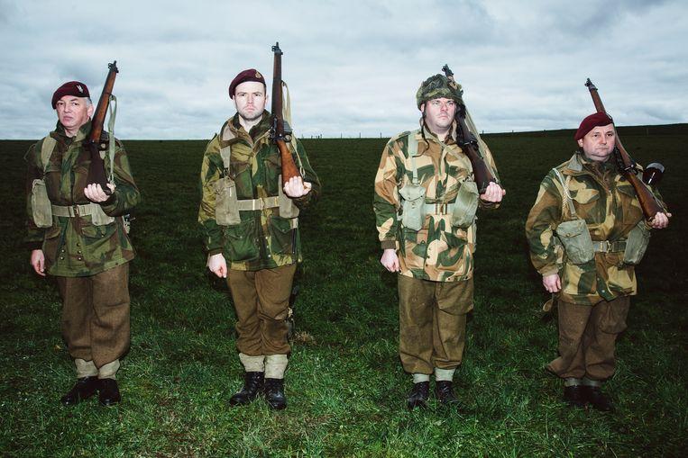 Re-enactors in uniformen van de Belgische en Britse soldaten.  Beeld Francis Vanhee