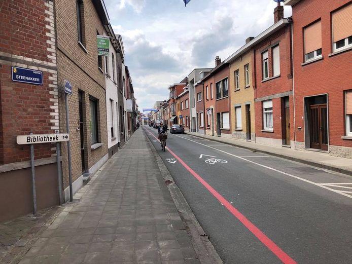 In de Duivenstraat in de fietszone komen er dan toch geen paaltjes om de fietsers uit de tegenrichting te beschermen van het autoverkeer.