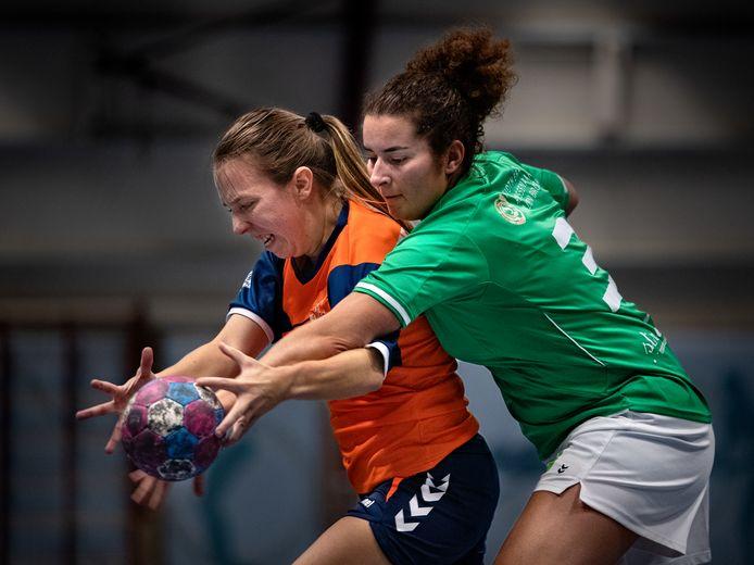 Een handbalster van Swift (r) in duel met een speelster van Tremeg