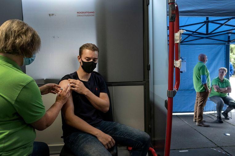 Student fysiotherapie Björn Korsten krijgt zijn tweede vaccinatie in de prikbus.   Beeld Merlin Daleman
